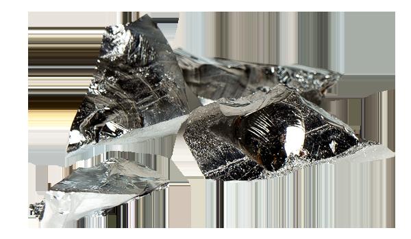 Ein glänzender Germanium-Kristall auf grauem Grund.
