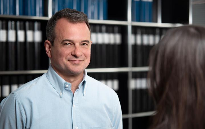 TRADIUM Geschäftsführer Matthias Rüth blickt in die Kamera.